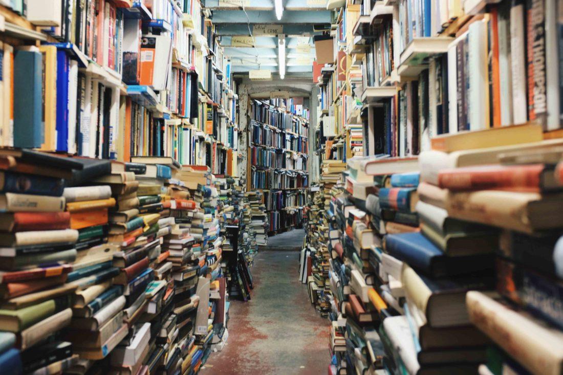 Käytävä täynnä kirjoja
